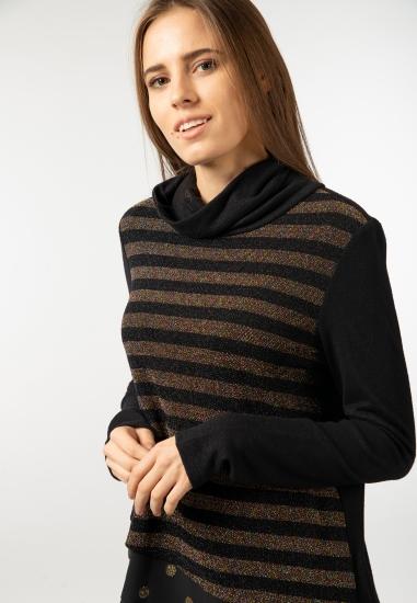 Sweter z golfem w paski...